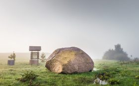 Stein mit Höhlung von