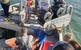 Ausfahrt ins Meer mit Fischerboot