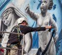 Pasaulinio garso italų menininkas OZMO Liepojoje kuria įspūdingą grafitį